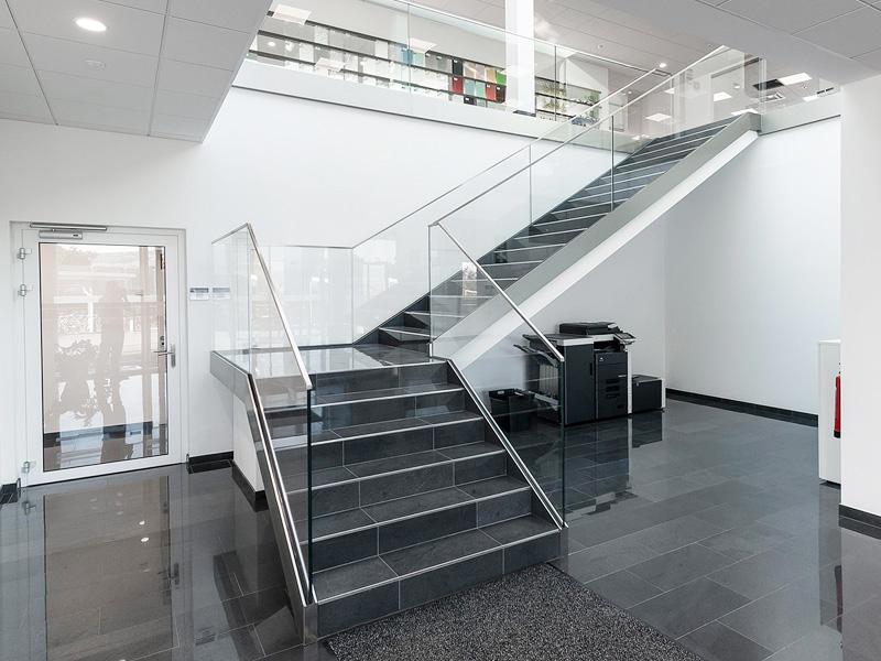 nurglasgelaender-ganzglasgelaender-gelaenderprofile-railing-stiegenaufgang-design-modern-kaufen-salzburg-oesterreich-glasgelaender-pauliundsohn