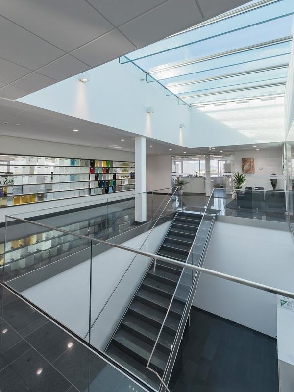 nurglasgelaender-ganzglasgelaender-gelaenderprofile-railing-stiegenaufgang-design-modern-kaufen-salzburg-oesterreich-glasgelaender-stiegenhaus-pauliundsohn