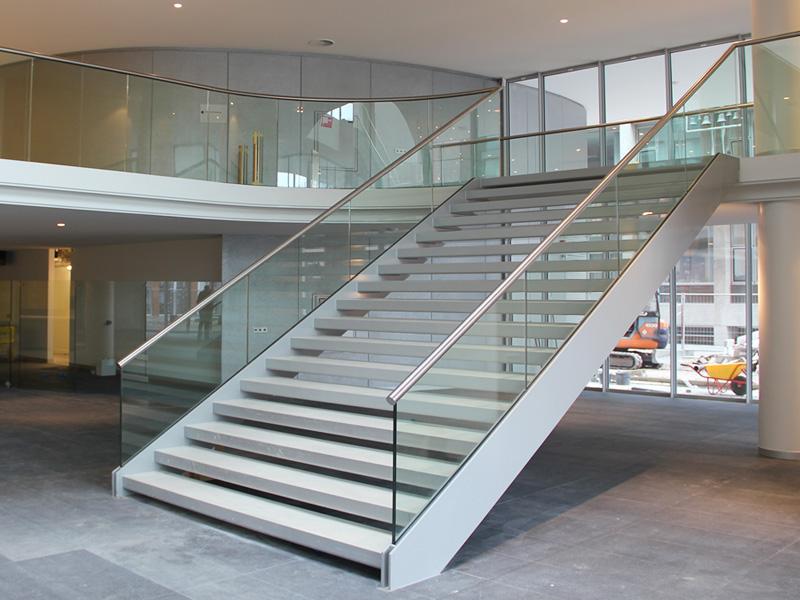 on-level-stiegenaufgang-nurglasgelaender-ganzglasgelaender-gelaenderprofile-railing-stiegenaufgang-design-modern-kaufen-salzburg-oesterreich-glasgelaender