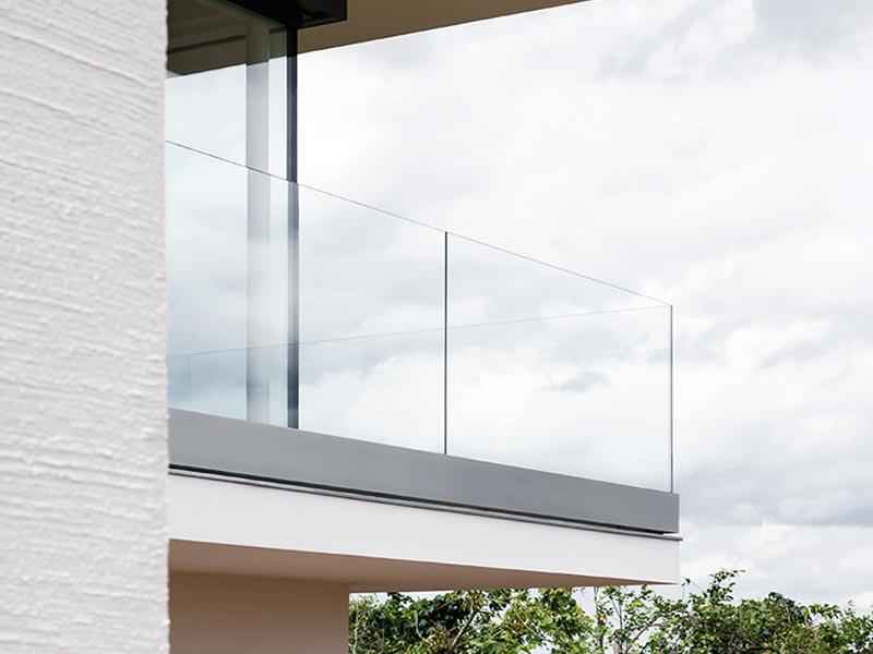 paulisohn-nurglasgelaender-ganzglasgelaender-gelaenderprofile-railing-stiegenaufgang-design-modern-kaufen-salzburg-oesterreich-glasgelaender